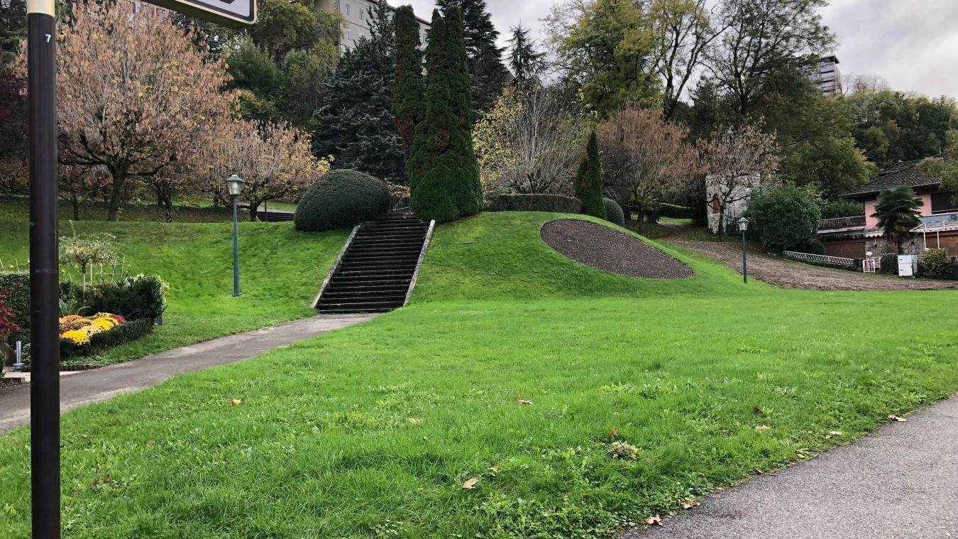 D'ici quelques années, cette butte située en face du lac devrait être transformée en parking souterrain.