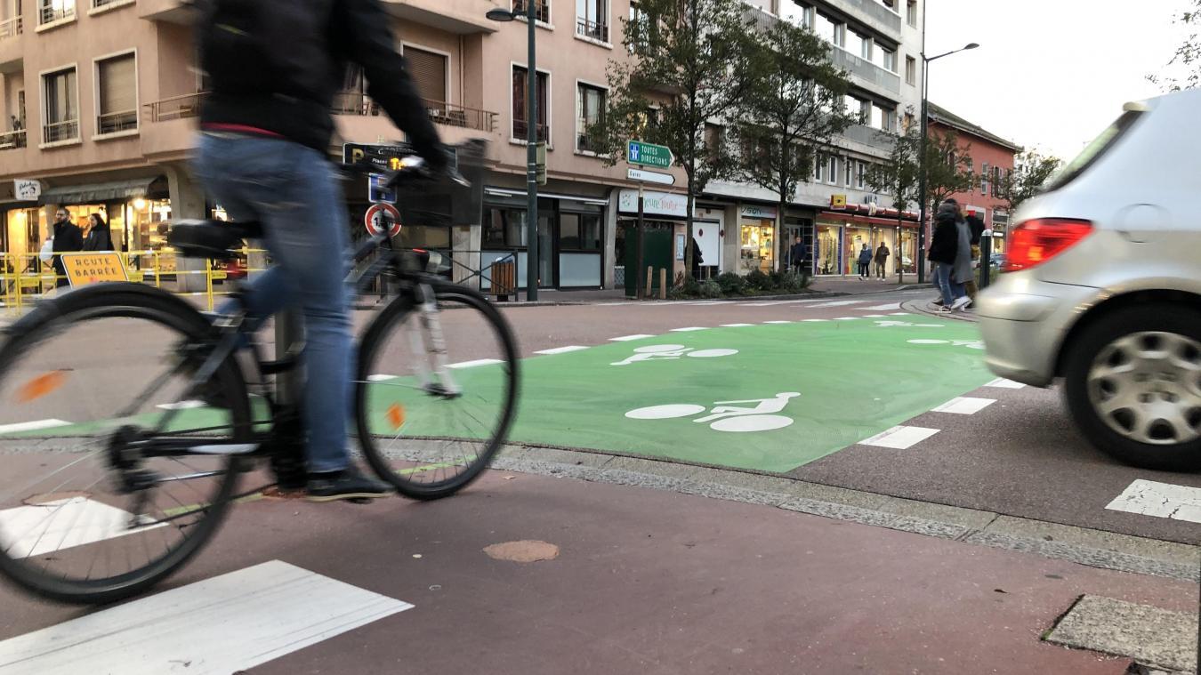 Si elle est mieux identifiée, la signalisation verte au sol de la piste cyclable n'est pas toujours bien interprêtée.