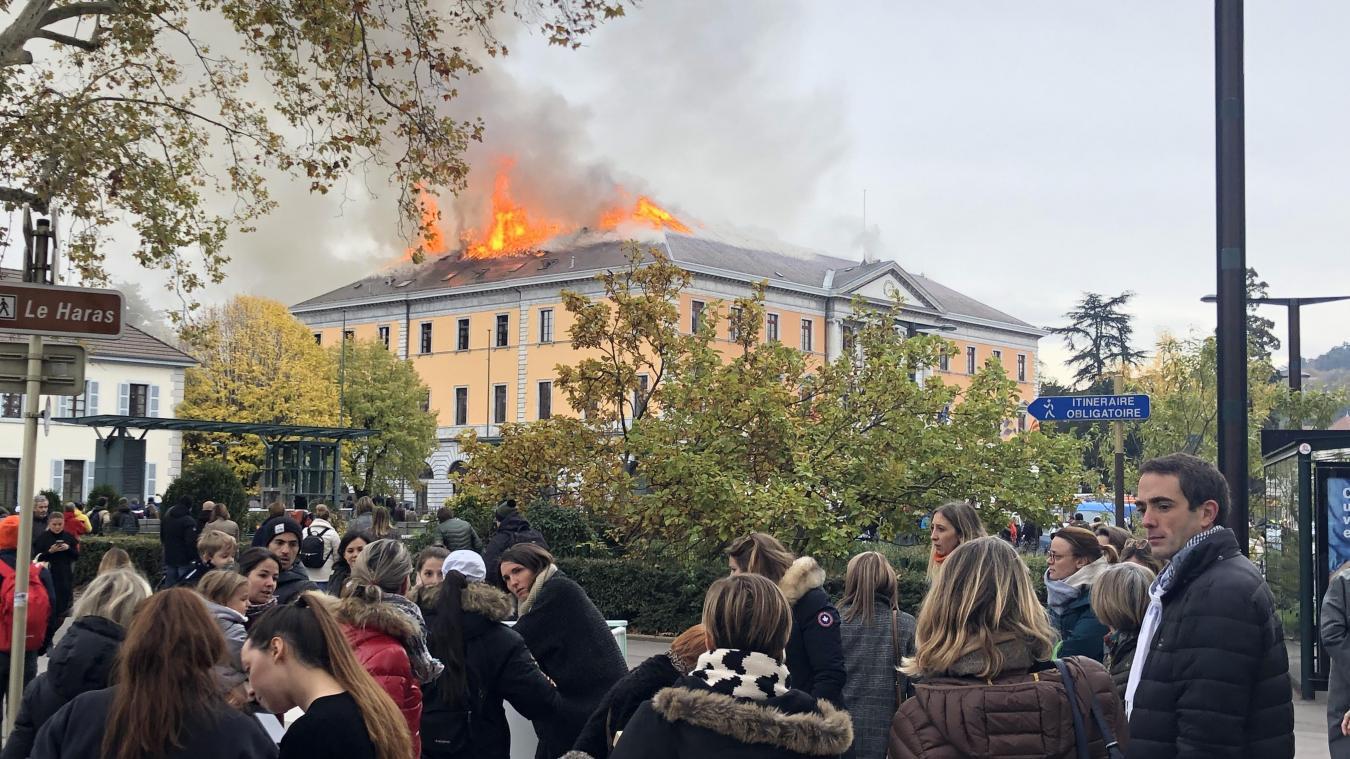 Un violent incendie ravage la mairie — Annecy