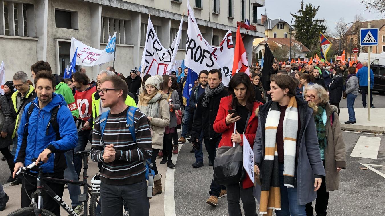 (VIDEO & PHOTOS) Plusieurs rues importantes d'Annecy bloquées par les manifestants