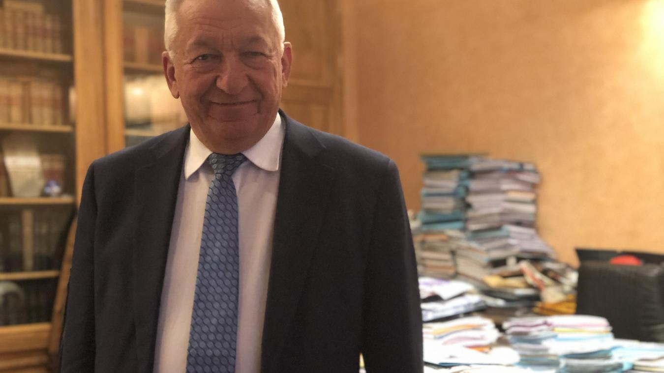 Le bureau du maire est recouvert de piles de dossiers liés à la Ville, à Thonon Agglomération ou encore au pôle métropolitain dont Jean Denais assure la présidence.