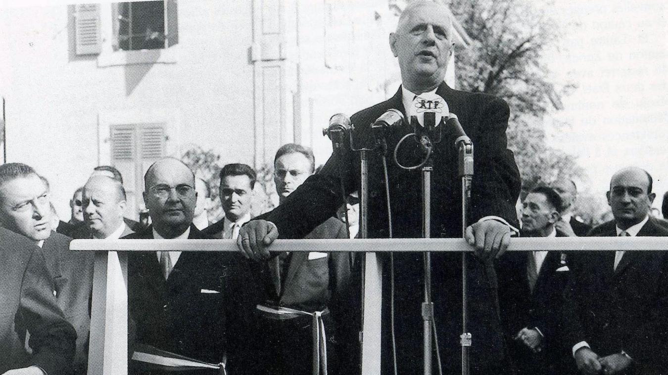 Le général de Gaulle s'adressant à la population, avec à ses côtés le maire, Jean Pissard (3e depuis la gauche). (Collection La Salévienne).