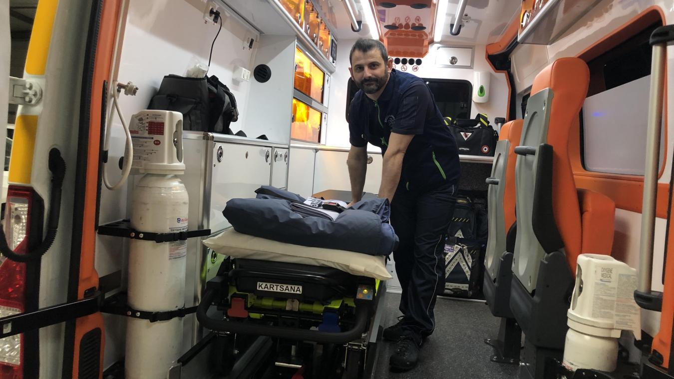 Cédric Humbert présente l'équipement d'une ambulance, brancards spéciaux, kit coronavirus, défibrillateur cardiaque...