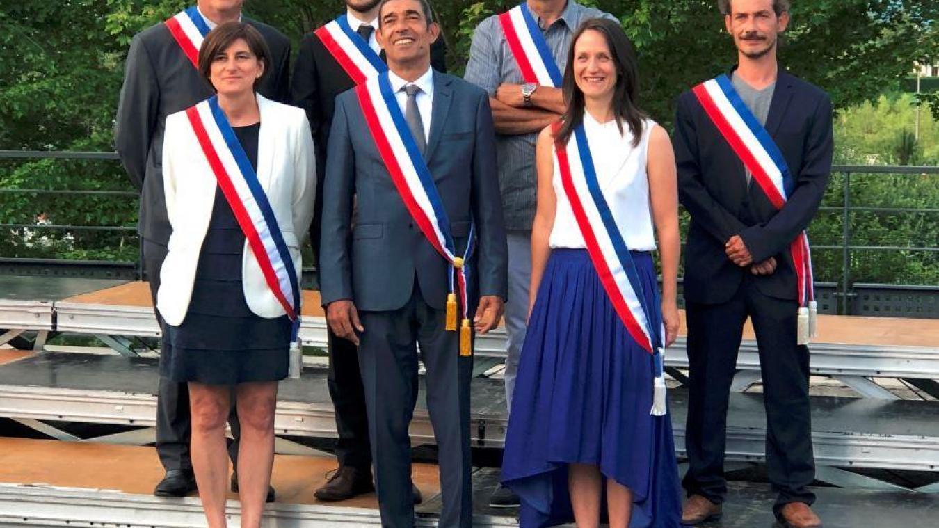 Le maire de la commune nouvelle d'Annecy François Astorg (au centre) et ses maires délégués Olivier Barry (Seynod), Odile Ceriati-Mauris (Annecy-le-Vieux), Xavier Osternaud (Pringy), Pierre-Louis Massein (Meythet), Chantale Farmer (Annecy) et Yannis Sauty (Cran-Gevrier).