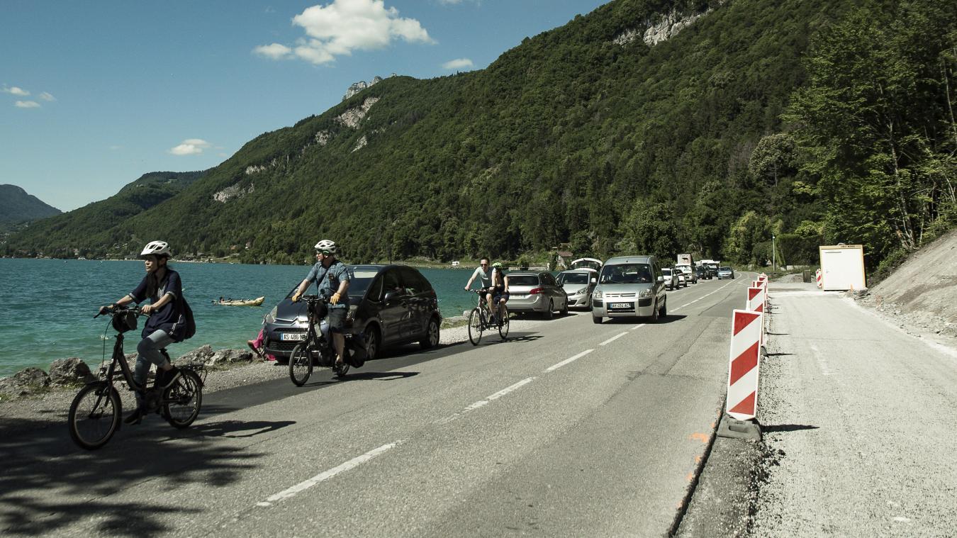 Entre Talloires et Doussard, les travaux de la dixième tranche devraient s'achever en 2022. En attendant, cyclistes et automobilistes doivent partager la route.