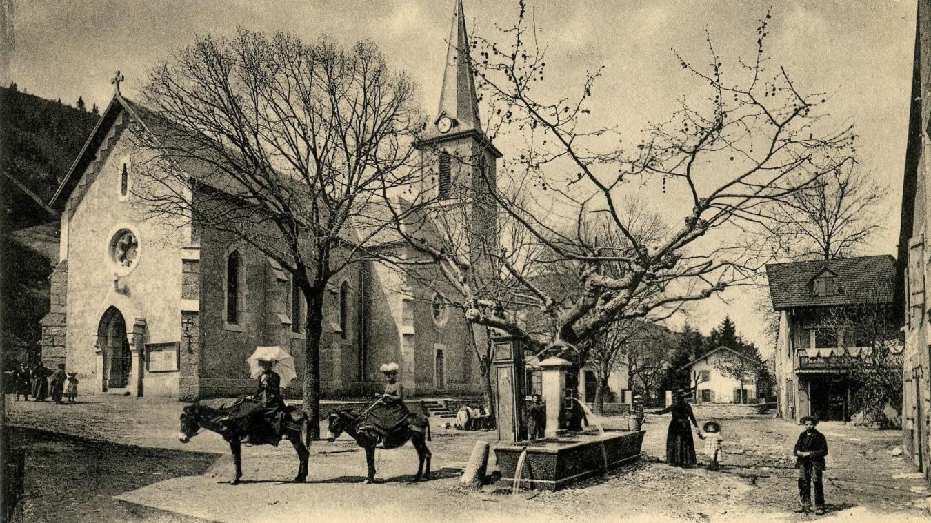 Une vue du centre du village de Monnetier vers 1900, avec des élégantes touristes montées sur des ânes.