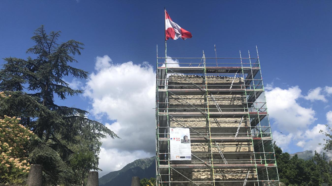 La tour est aujourd'hui moins haute qu'initialement puisqu'une partie de ses pierres ont été prises pour reconstruire le clocher de Saint-Grat en 1804.