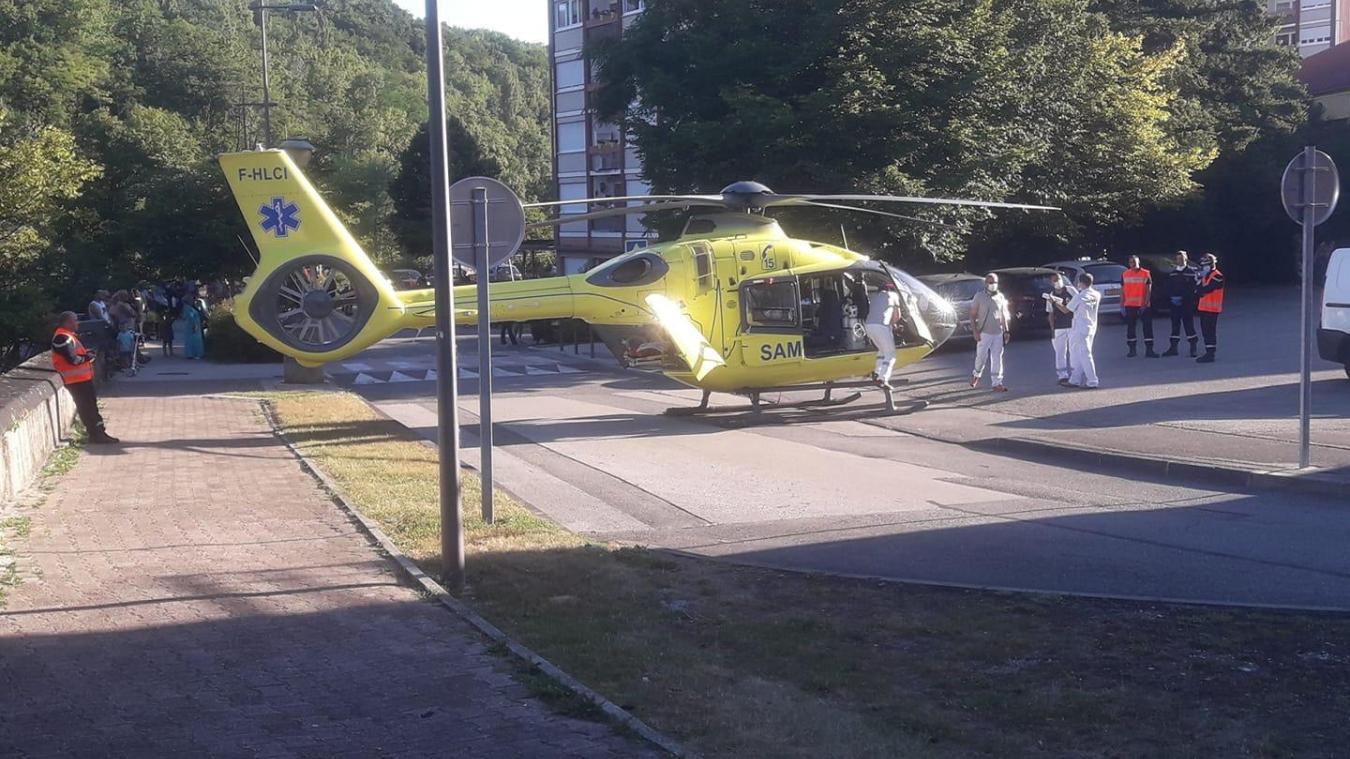 L'hélicoptère du Samu s'est posé sur la place Henri-Dunant, à Valserhône. (Crédit photo : Thierry Martinet)