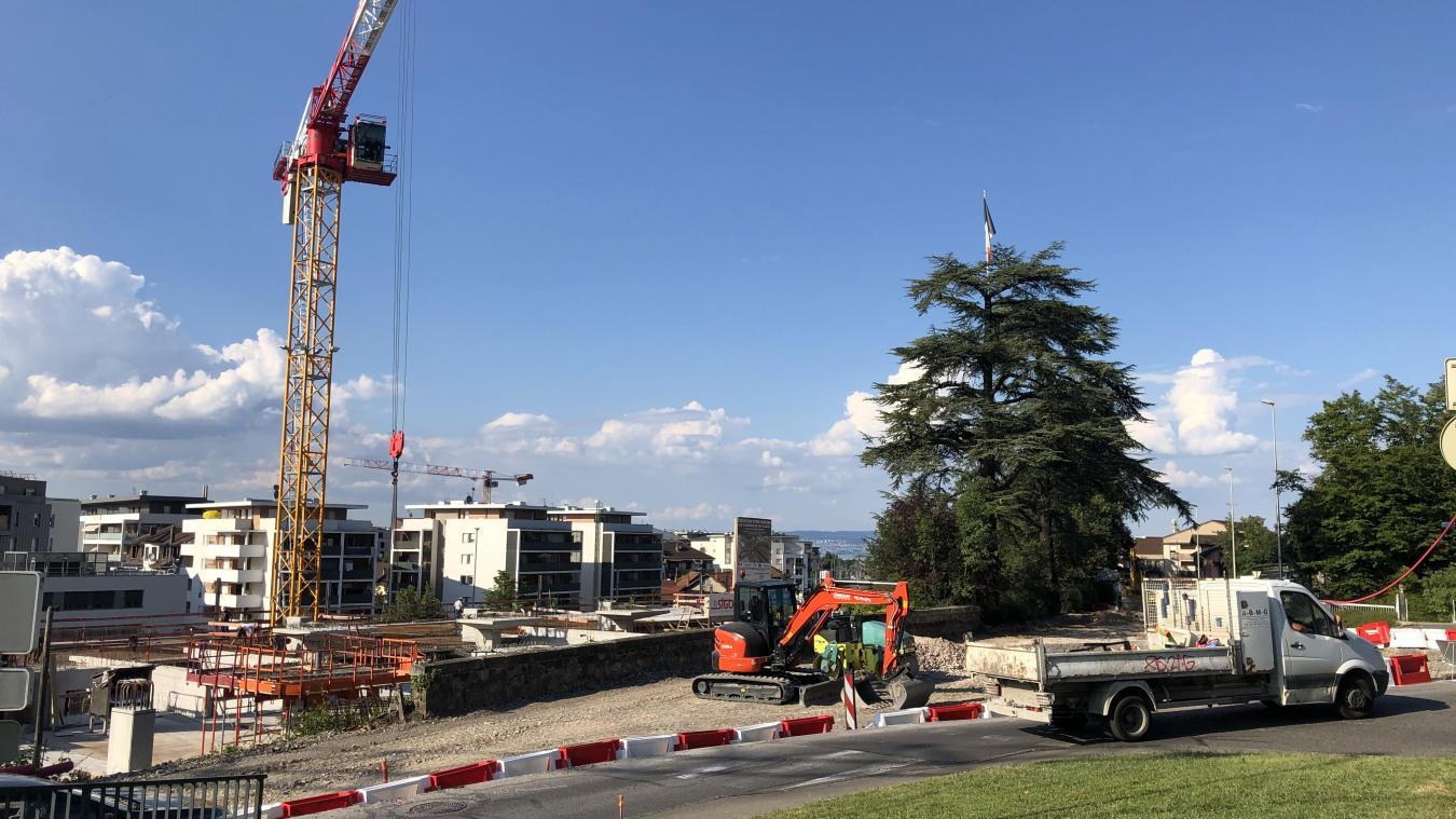 En fond, le chantier du parking de la gare tourne également à plein régime.