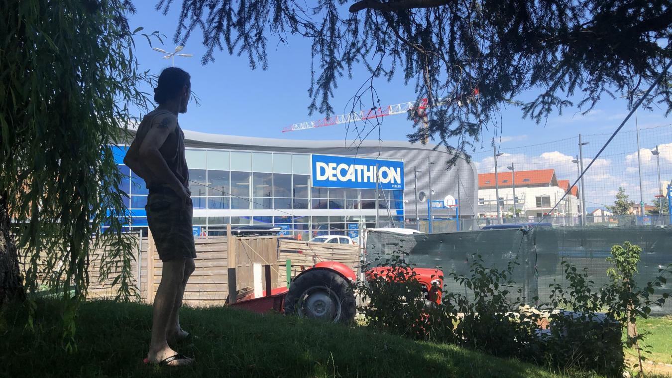 Depuis son jardin, Frédéric a une vue plongeante sur les immenses hangars de la zone commerciale d'Amphion, à Publier.
