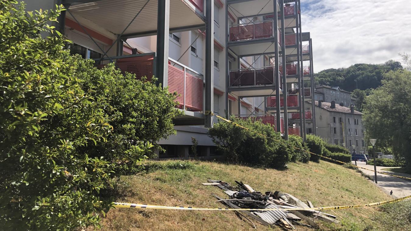 Seules traces du début d'incendie, ces quelques décombres dans la pelouse et de la rubalise jaune à l'arrière du bâtiment, côté Rhône.
