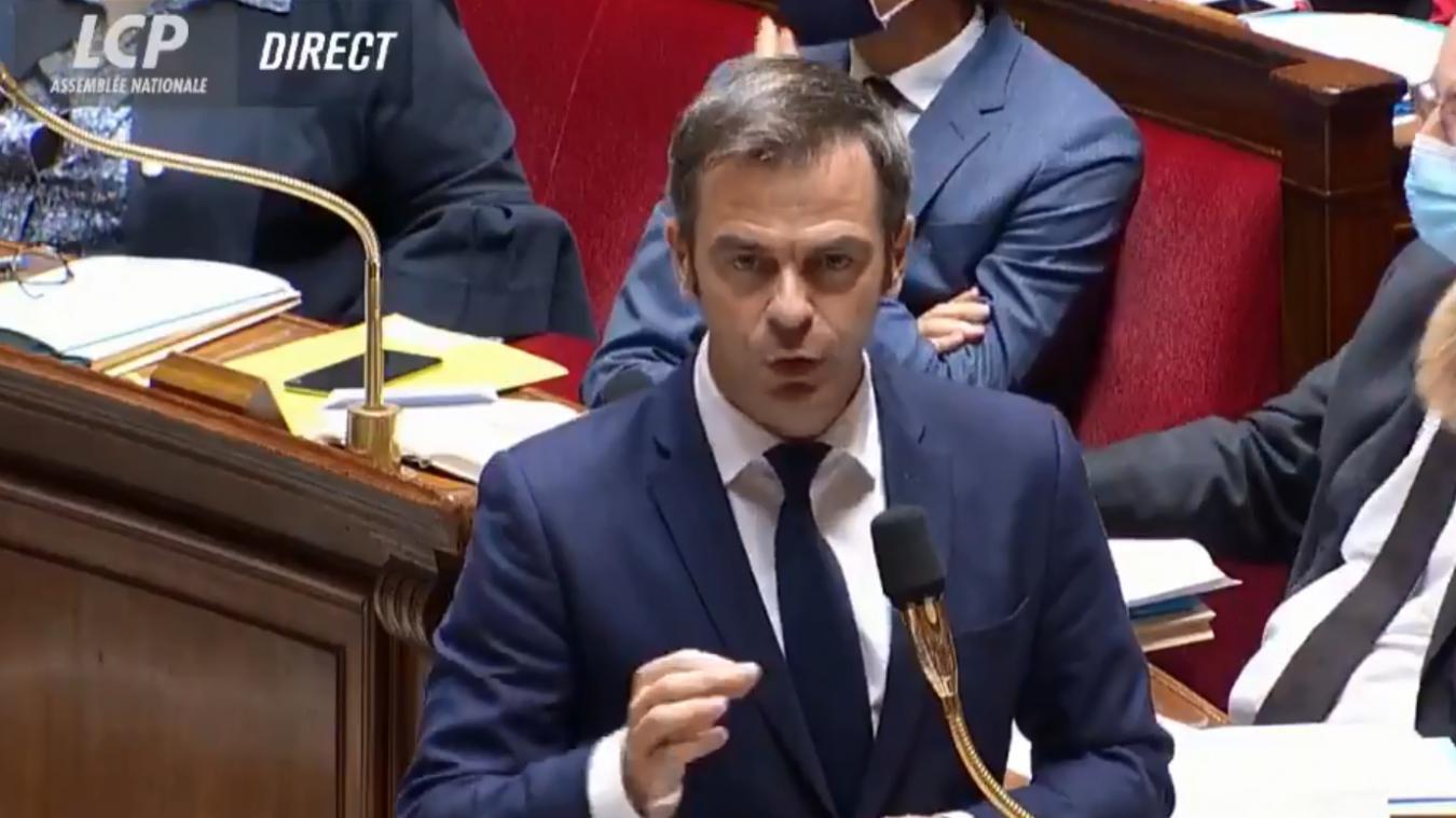 Olivier Véran a demandé aux Français de ne pas attendre d'y être obligés par un décret pour porter un masque dans les lieux publics clos.