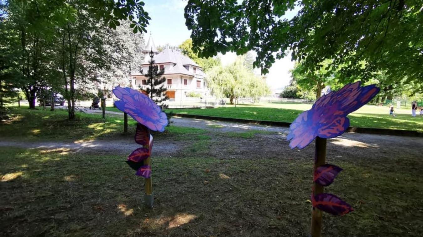 Les fleurs géantes accueillant les poèmes au Parc Cohendier