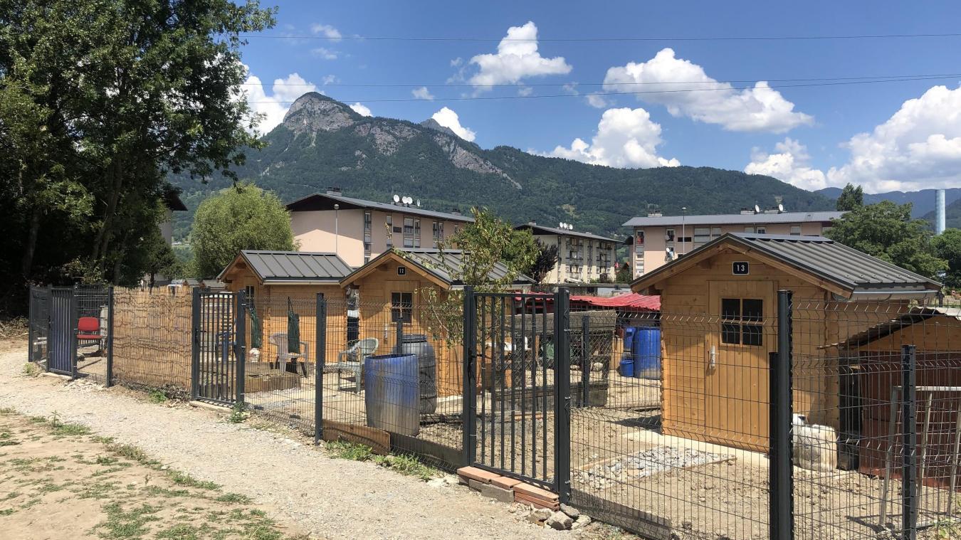 Les parcelles qui sont prêtées aux jardiniers disposent d'un chalet pouvant accueillir des poules
