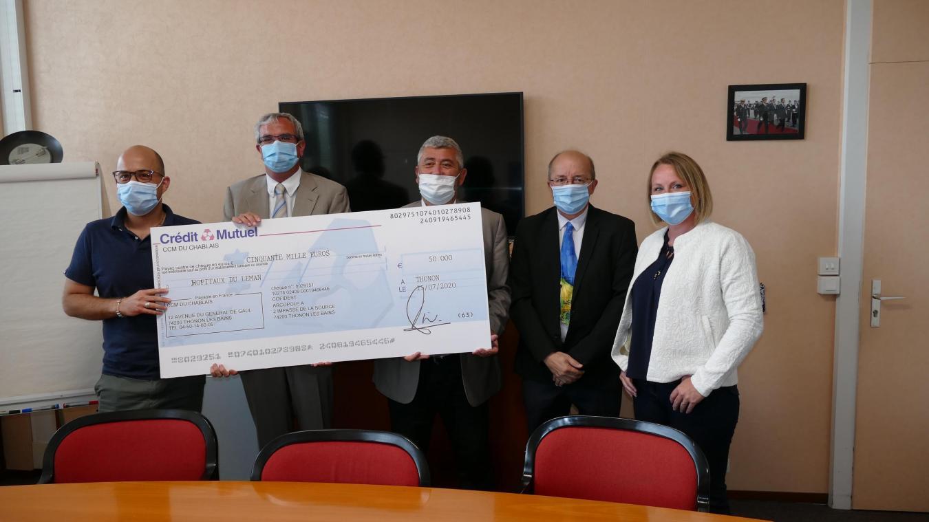 René Garcin, président de Cofidest, cabinet thononais d'experts-comptables, et son équipe, sont venus remettre un chèque de 50 000 euros à Eric Djamakorzian, directeur des Hôpitaux du Léman.