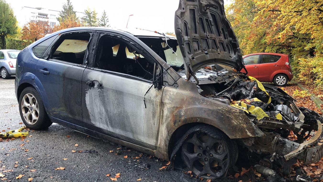 Une des voitures incendiées en novembre dernier. Aujourd'hui, les nuisances continuent dans plusieurs quartiers de Saint-Genis.