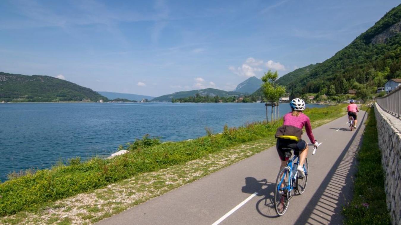 Le département finance de nombreuses voies vertes comme ici sur le lac d'Annecy.