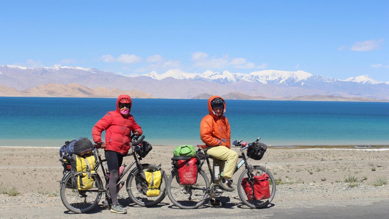 Le couple, bien équipé, au lac de Karakul au Tadjikistan - 3645m.