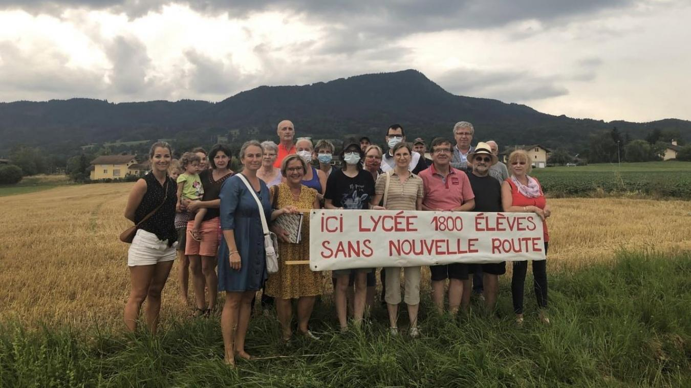 lls étaient une vingtaine d'habitants à se rejoindre, mercredi 22 juillet, devant l'emplacement du futur lycée de Bons.