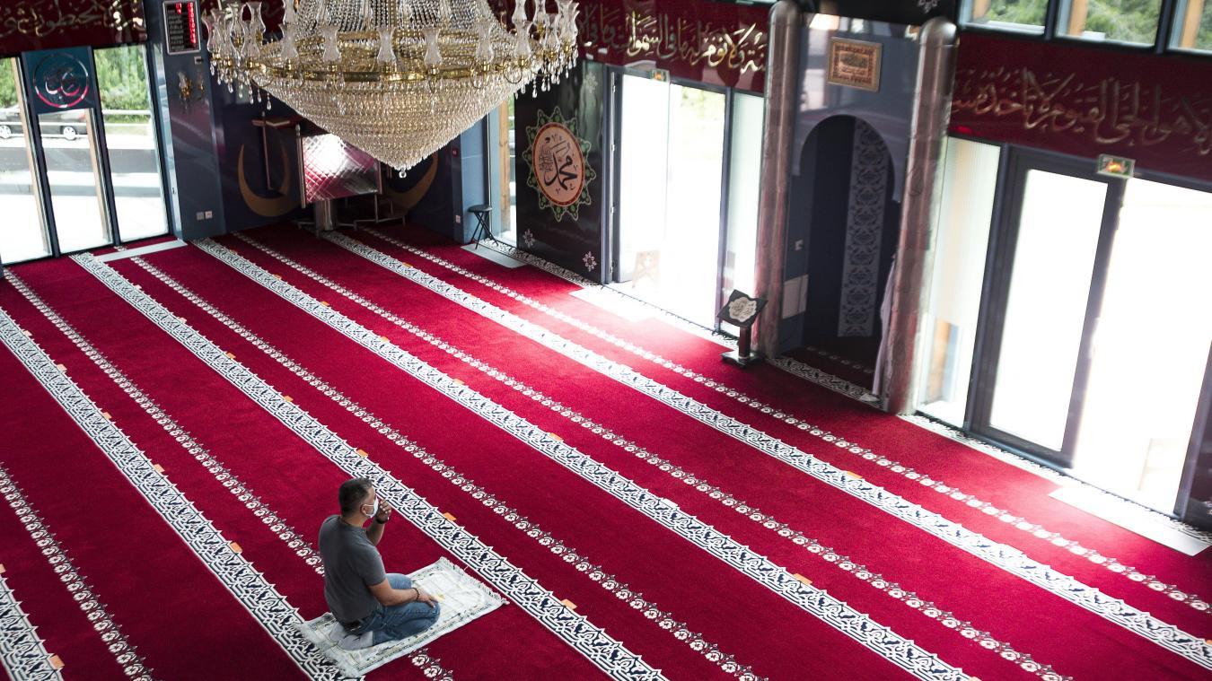 La centre culturel turc de Rumilly abrite la mosquée Yavuz Sultan Selim. Après la prière collective du vendredi, certains poursuivent seuls.