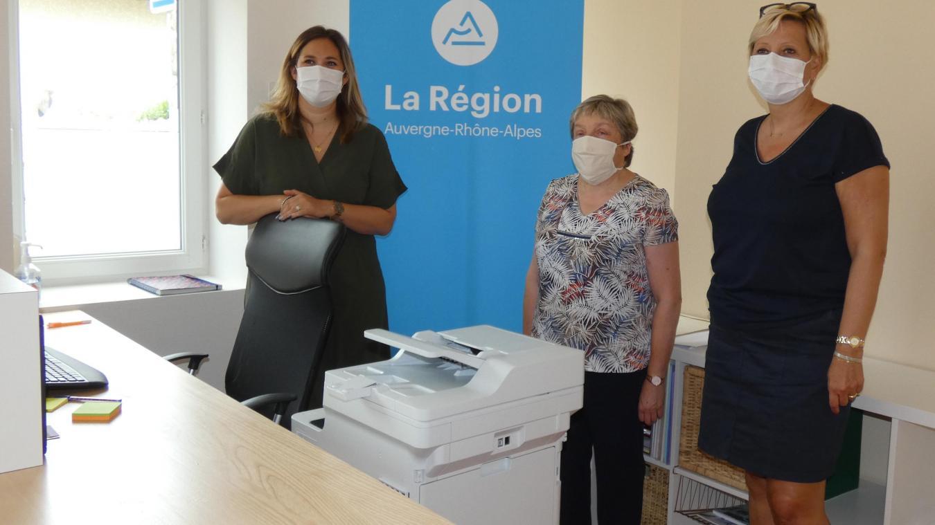Marie-Pierre Girard, maire de Vinzier et Florence Duvand, conseillère régionale, aux côtés d'une secrétaire médicale (à gauche), lors de l'inauguration de la maison de santé La Savoyarde.