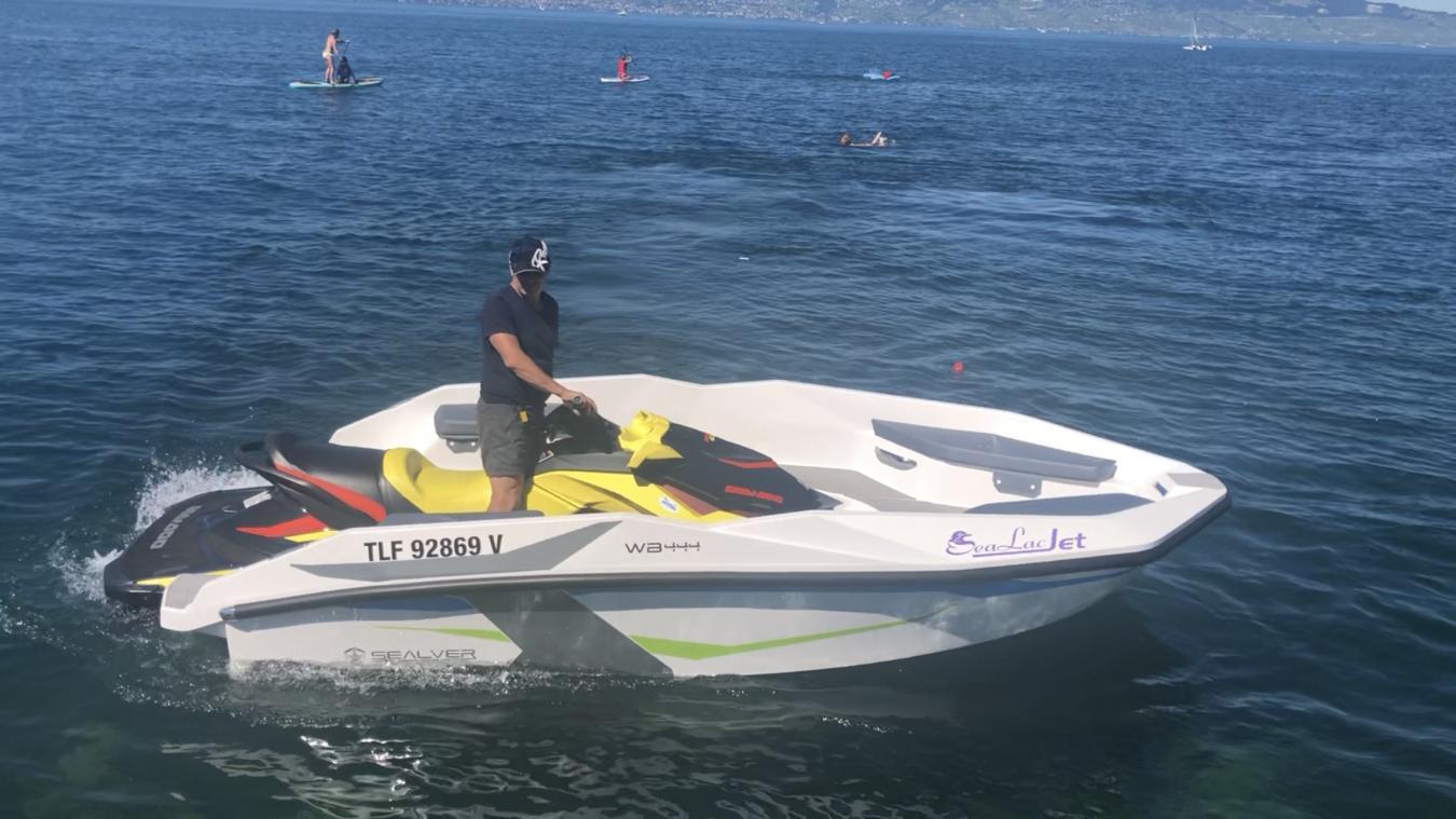 Sur son jet-ski, fixé à une coque, Pascal Guarnieri propose plusieurs activités.