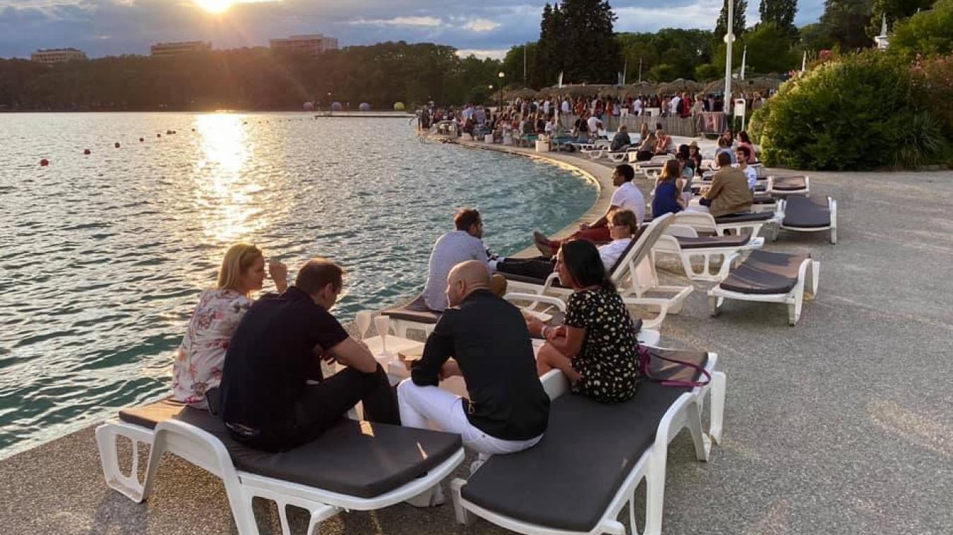 Chaque jeudi, des centaines de personnes se retrouvent au bord du lac pour l'habituel Apérosé. Photo : Lionel Tardy