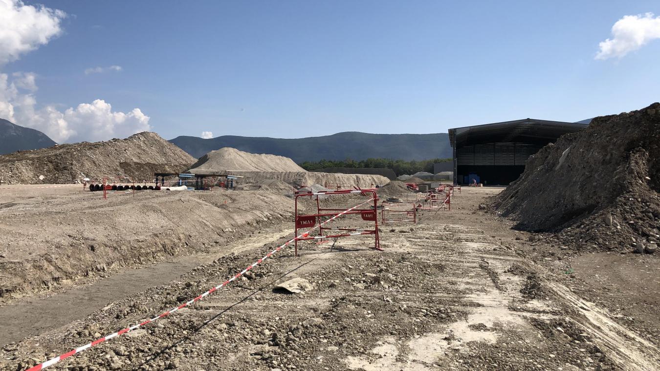 Des millions de mètres cubes de terre sont brassés pour créer les déclivités nécessaires pour l'exploitation de la plate-forme.
