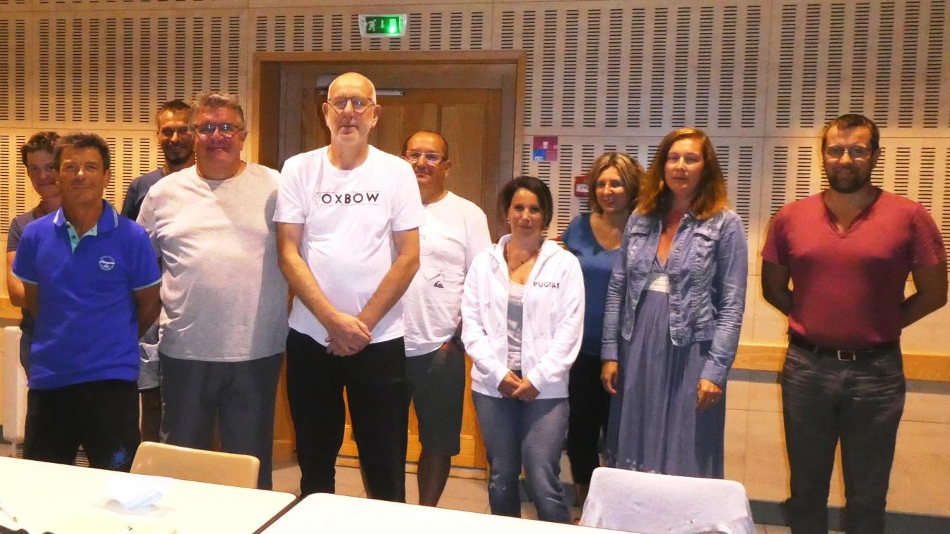 Le maire de Saxel Frédéric Guiberti entouré de ses adjoints, de la secrétaire de mairie et des conseillers.