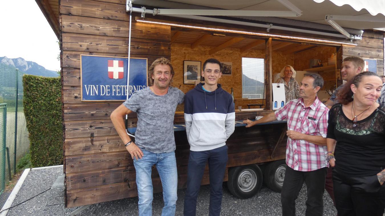 Philippe Jordil, propriétaire récoltant du vin de Féternes et Maxime Julliard, maire de la commune lors du nouveau marché du vendredi soir.