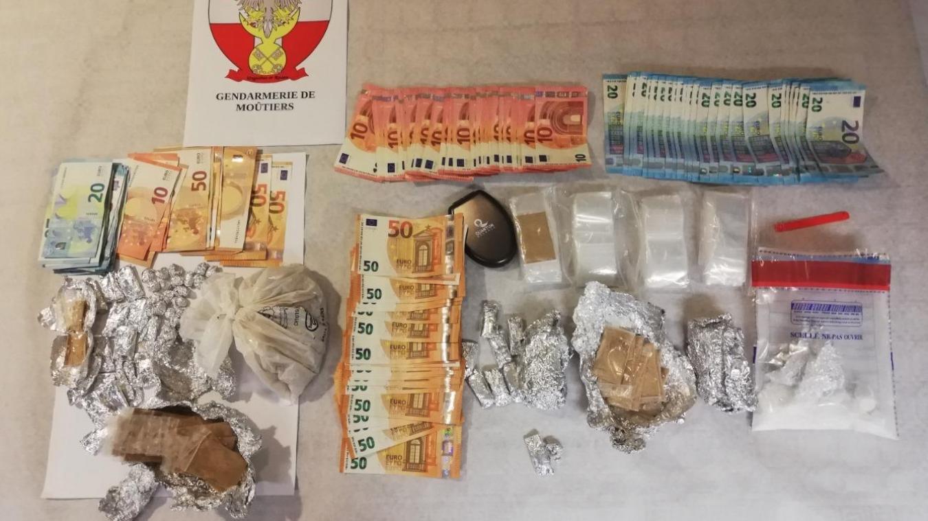 Les gendarmes ont saisi 584 grammes d'héroïne, 74 grammes de cocaïne et 3620 euros en espèces.