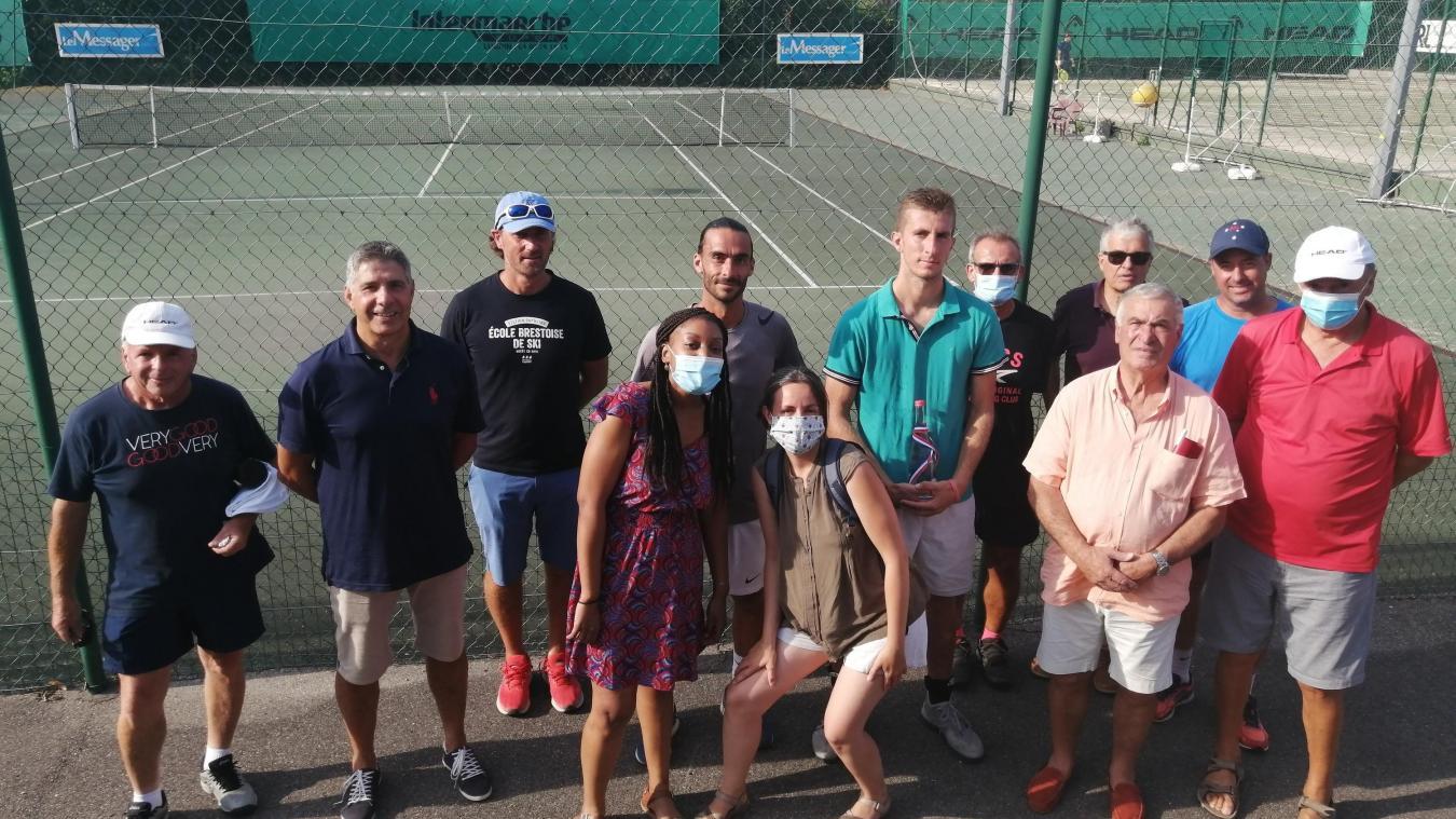 Les deux finalistes au centre avec les organisateurs du tennis club d'Evian.
