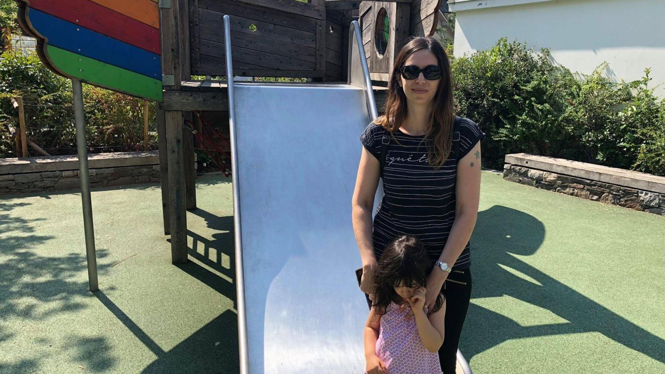 Barbara laisse sa fille Jessica descendre le toboggan en inox du square Stéphane Hessel avec parcimonie. Éric, quant à lui, ne craint pas de s'exposer au soleil au parc Montessuit.