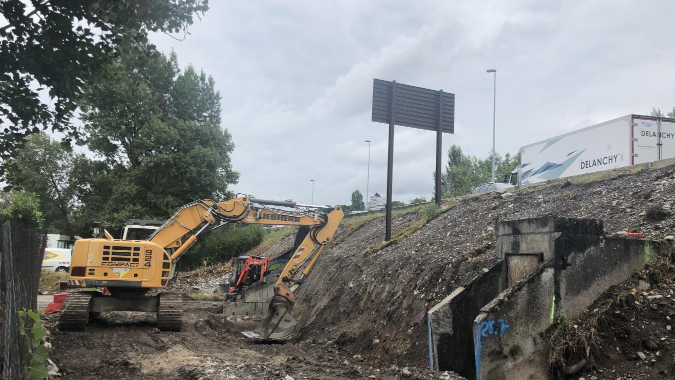 En contrebas de la route, le chantier a déjà commencé.