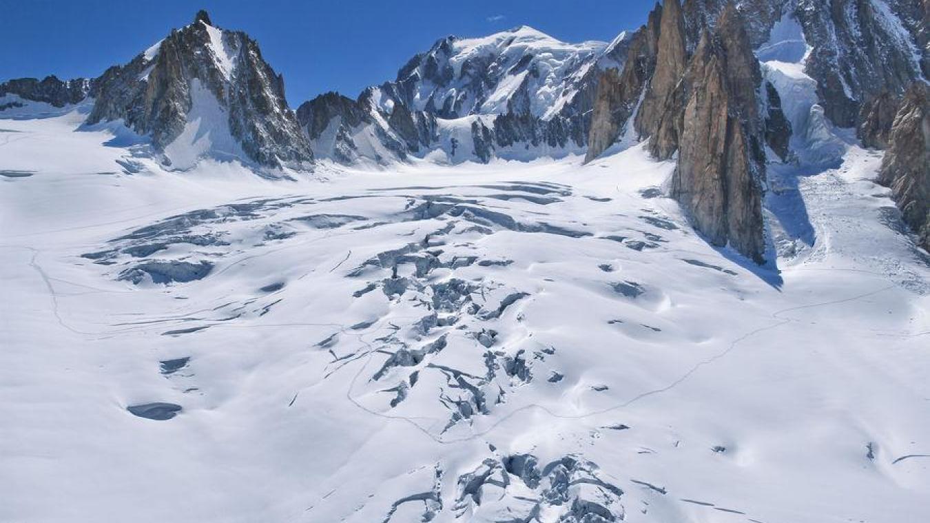 Le PGHM de Chamonix effectue une importante opération de secours à l'aiguille de Toule, sous le glacier du Géant, pour secourir un alpiniste enseveli sous plusieurs mètres de neige.
