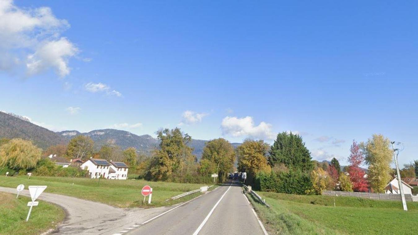 L'accident a eu lieu dans la ligne droite entre Chevry et Echenevex.