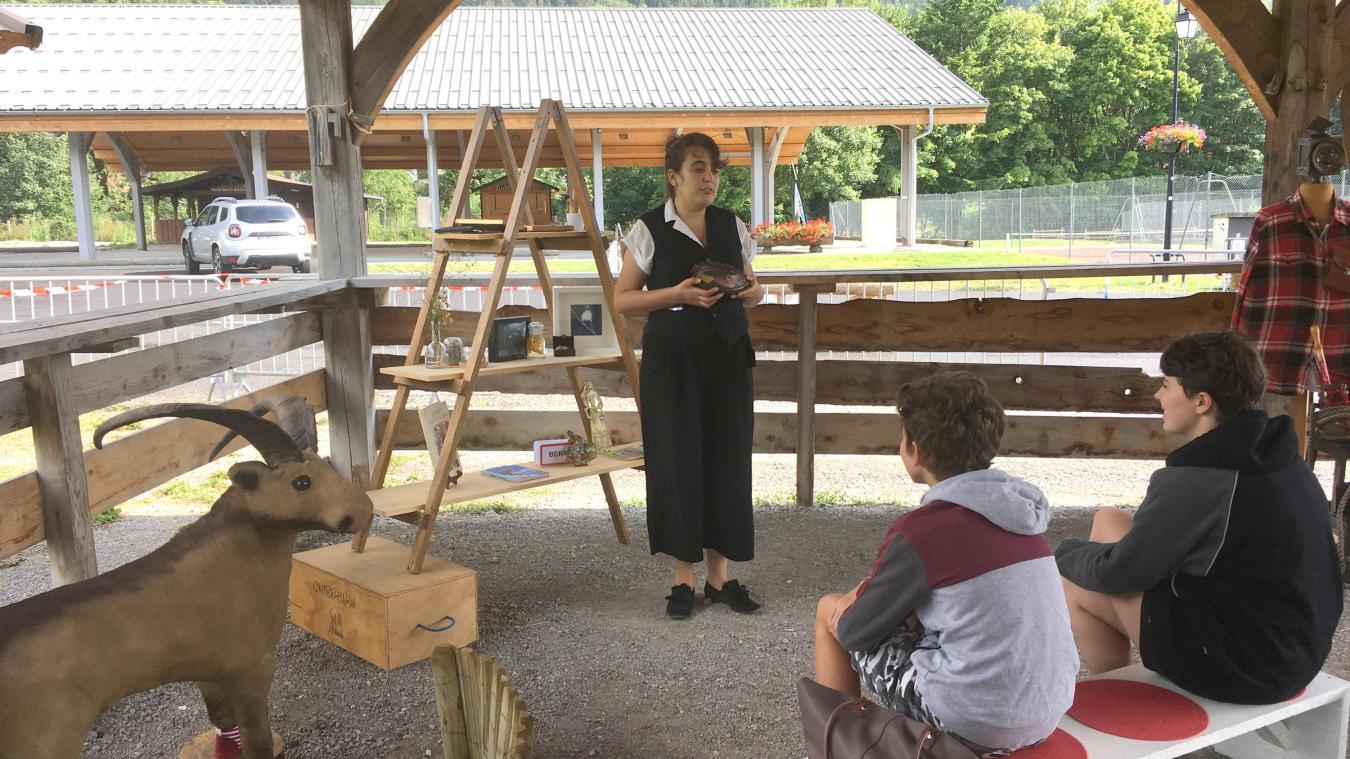 Devant les petits comme devant les grands, Audrey Mattio-Evans captive son assistance avec l'histoire du dahu.