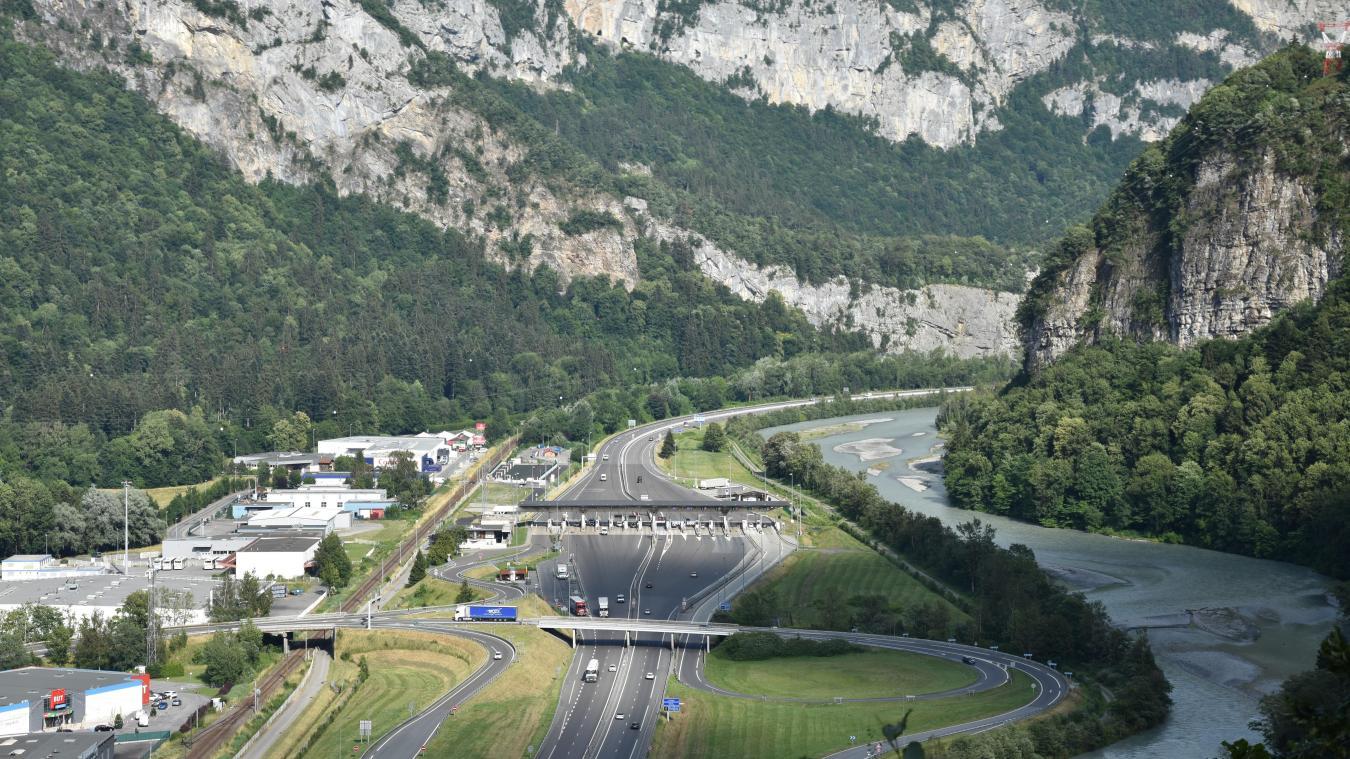 Depuis la pandémie, la circulation a fortement baissé sur l'autoroute Blanche. Ici, au péage de Cluses.