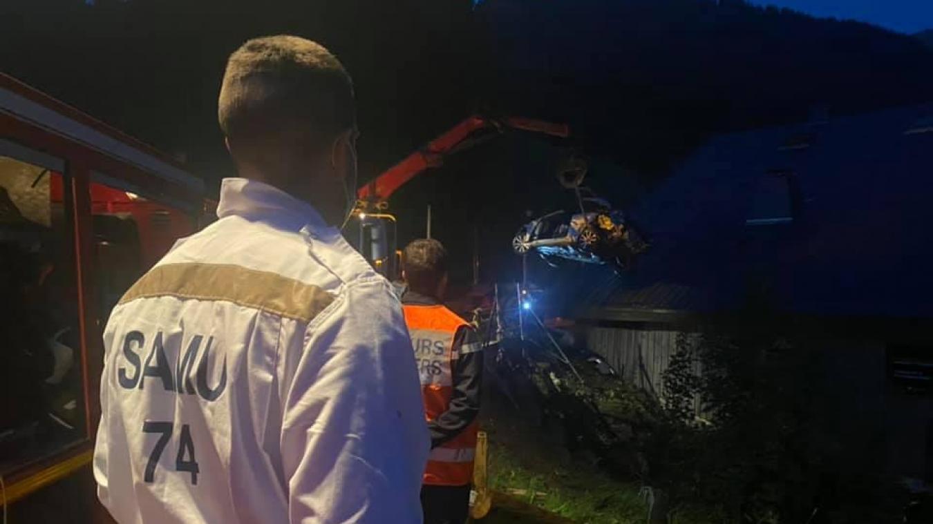 La carcasse du véhicule montre la gravité du choc.