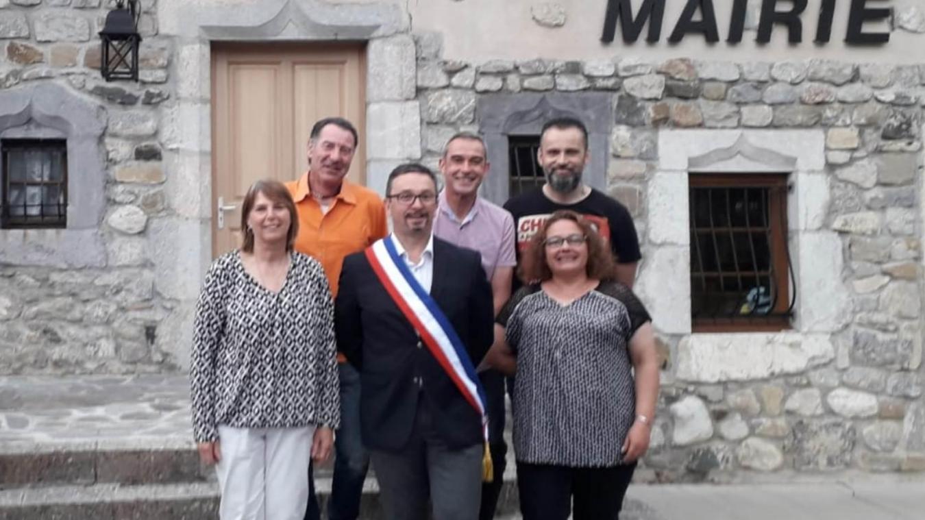 Le maire entouré d'Yvette Duret-Guimet et Séverine Vaudaux au 1 er  rang ; de Stéphane Novel, Florent Baud et Thierry Ogel au 2 e  rang, devant la mairie d'Habère-Lullin.
