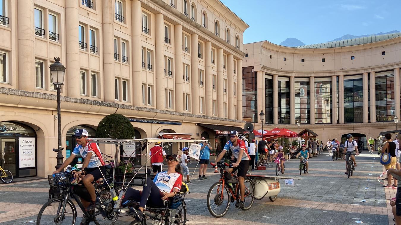 Une vingtaine de « sun trippeurs » ont terminé leur périple sur la place de l'Europe, après avoir défilé dans les quartiers de la ville, accompagnés de cyclistes albertvillois.
