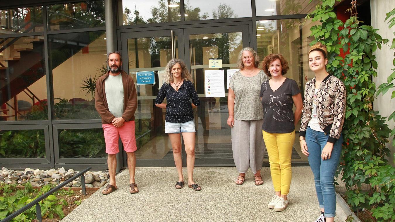 A Cruseilles, Emmanuel Mosse et son équipe posent fièrement devant le bâtiment administratif.