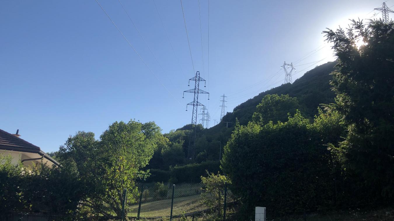L'antenne devrait être installée non loin premier pylône haute-tension, à une cinquantaine de mètres des premières habitations.