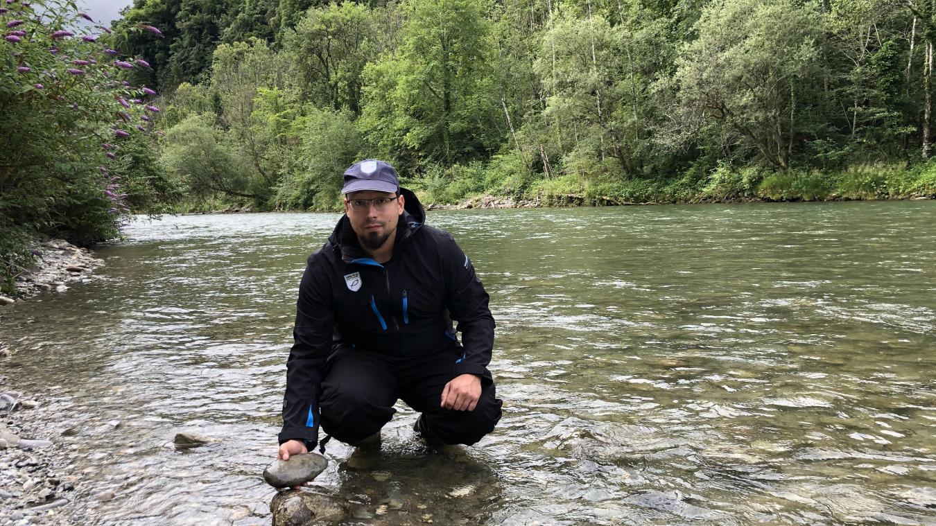 Matthieu Marquis, garde-pêche et pisciculteur à Morzine, explique que certains insectes font des chrysalides sous les rochers de la rivière.