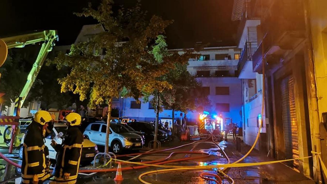 Au 25 place Grenette à Chambéry, un feu a mobilisé une quarantaine de pompiers.