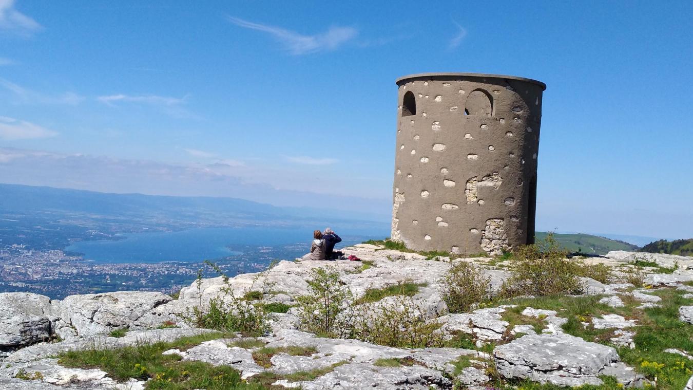 La Tour des Pitons trône au sommet du Salève, à 1379 mètres d'altitude, et offre un très beau point de vue sur Genève et le Léman.