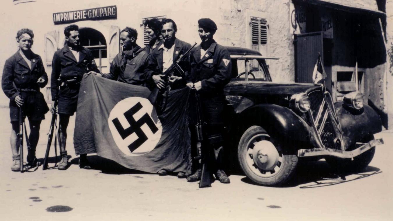 Jeudi 17 août 1944, des maquisards du corps-franc Breton exhibent un drapeau nazi pris à l'ennemi.