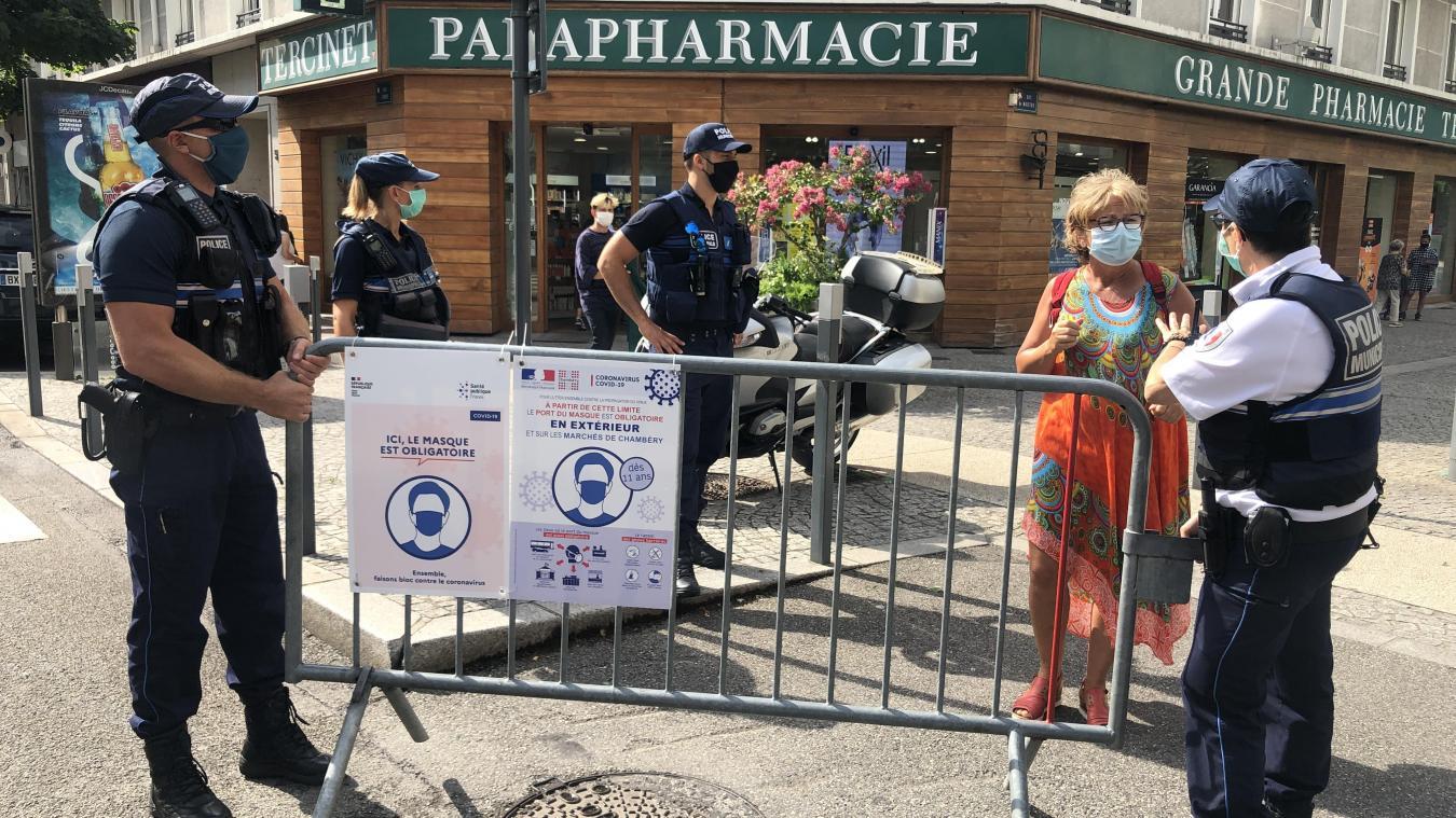Chambéry: habitants et touristes respectent la règle du port du masque obligatoire en centre-ville