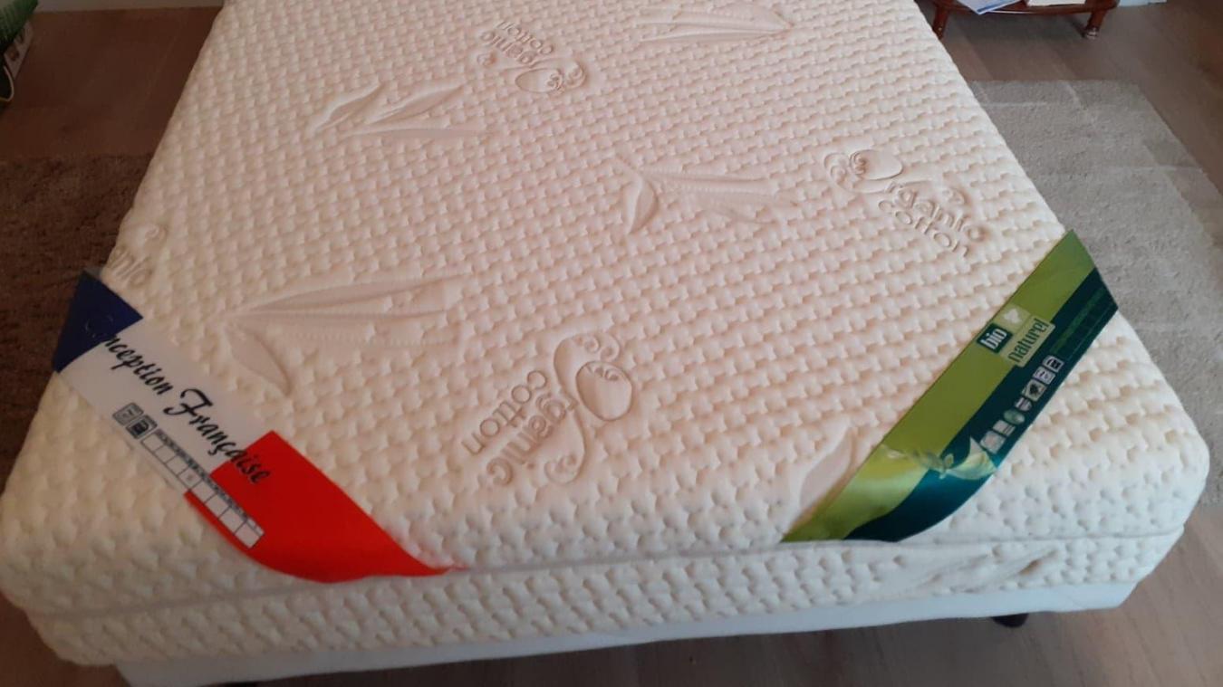 Coût du matelas à mémoire de forme offert à Arlette, 2200 euros, ce qui lui fait une belle jambe, elle ne peut pas dormir dessus dit-elle.