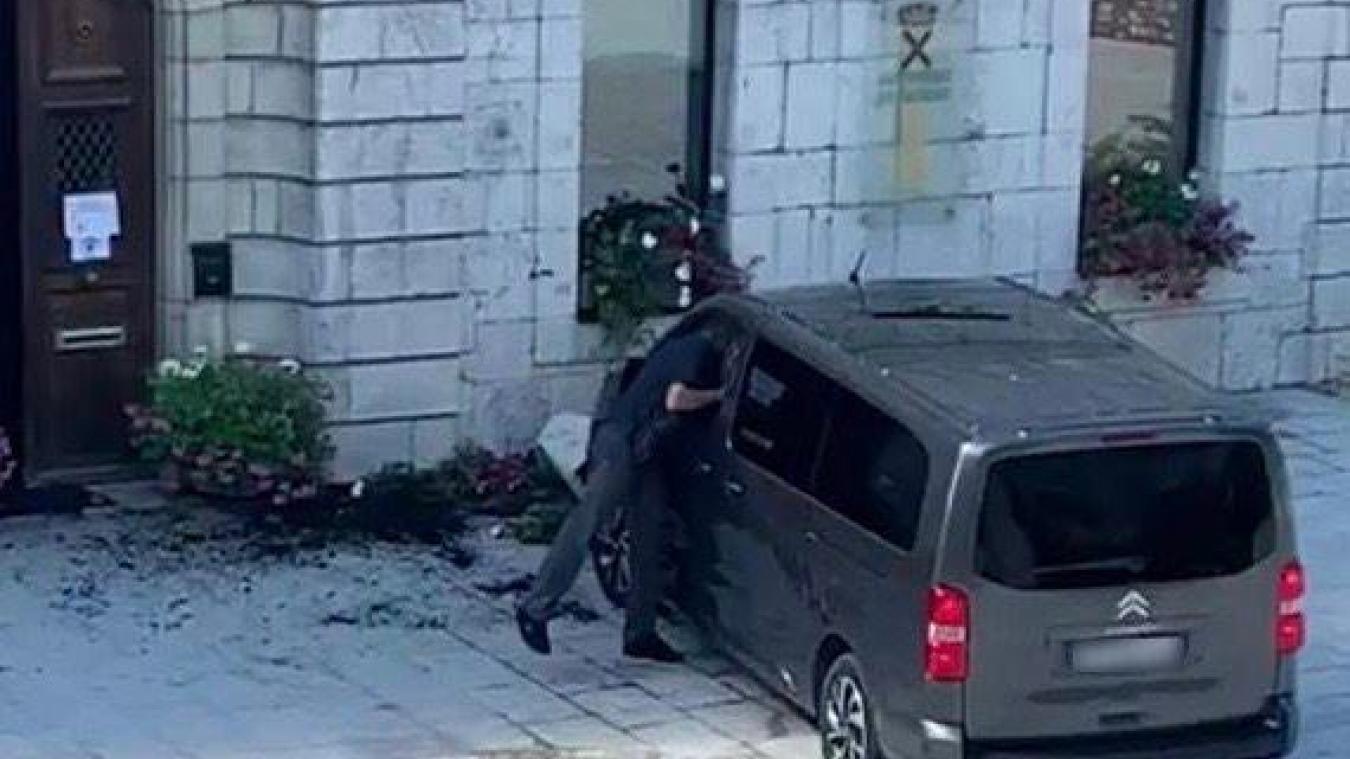 Mercredi 19 août, vers 11 heures, un habitant de Saint-Jeoire a vu son véhicule automatique finir sa course sur le parvis de la mairie.